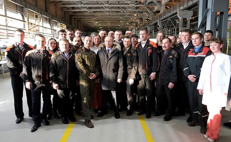 Владимир Путин посетил научно-производственную корпорацию «Уралвагонзавод», где ознакомился с линией производства подвижных составов и беседовал с рабочими предприятия