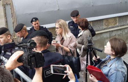 Бешеная Соболь: активистка Навального второй день провоцирует полицию