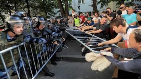 «Изображая жертву»: на РЕН-ТВ рассказали, как провокаторы управляли уличным протестом