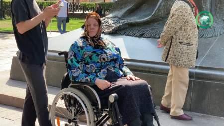 Оппозиционеры вновь наняли бабушку-колясочницу для жалостливых фото на митинге