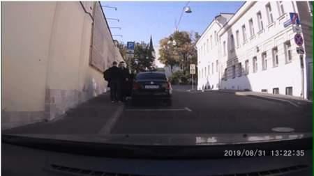 Постановка либералов провалилась: ряженый «полицейский» засветился на видео