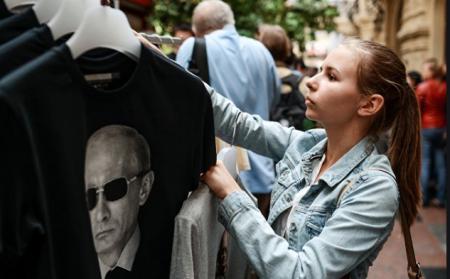Пока Рига боролась с русским языком, латыши раскупили майки с Путиным