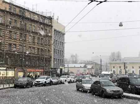 Снегопад в Петербурге: снегоуборочная техника выехала на уборку