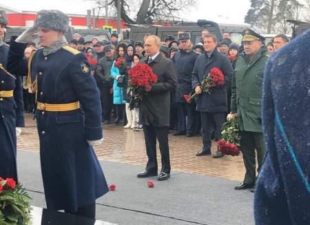 Путин возложил цветы к памятнику десантникам, погибшим в Аргунском ущелье