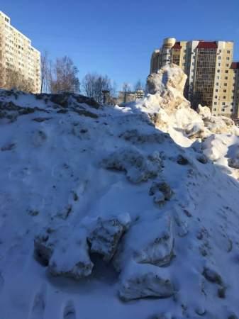 Прощаемся с зимой: в Нижневартовске идет настоящая борьба со снегом