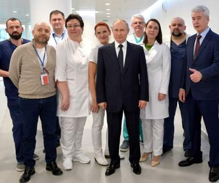 Путин посетил больницу в Коммунарке, а либералы сели в лужу