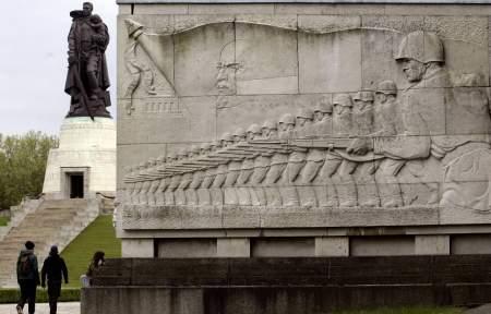 Зарубежные чиновники понесут наказание за снос и осквернение советских памятников