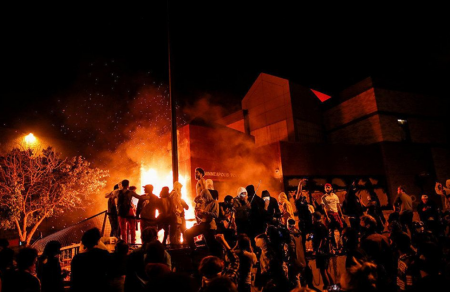 Копы кошмарят американцев, устроивших массовые беспорядки по всем штатам США из-за убийства темнокожего