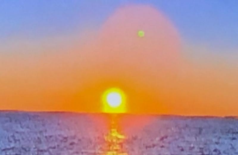 Солнце, коричневый карлик и на фоне красноты -его луна под названием Нибиру