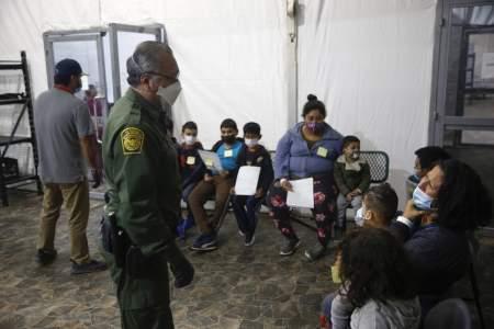 Лагеря на границе: власти США продолжают удерживать тысячи мигрантов